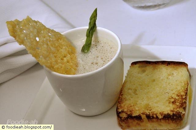 Œuf en cocotte et boullion de pain de campagne