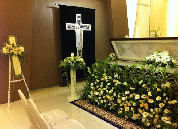 Fresh Flower Garland decoration around the casket
