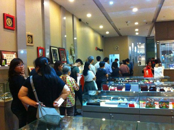 Long lines at the Singapore Mint